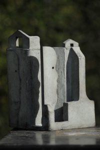 Bewoond huis 5 - Rein Dool, 19 cm hoog. brons 2005