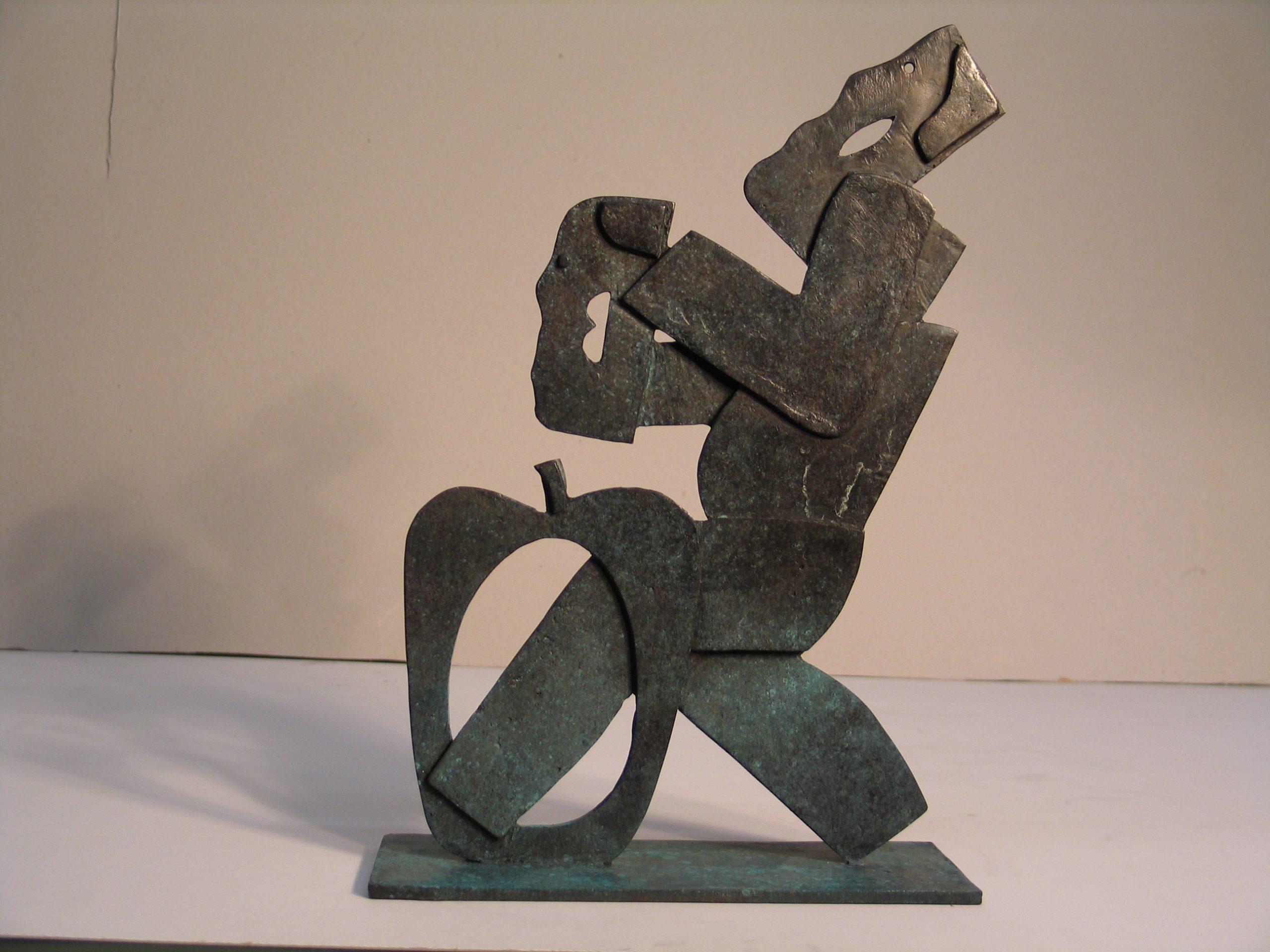 Voetsstaps door de appel - Rein Dool, 40 cm hoog. brons 2005